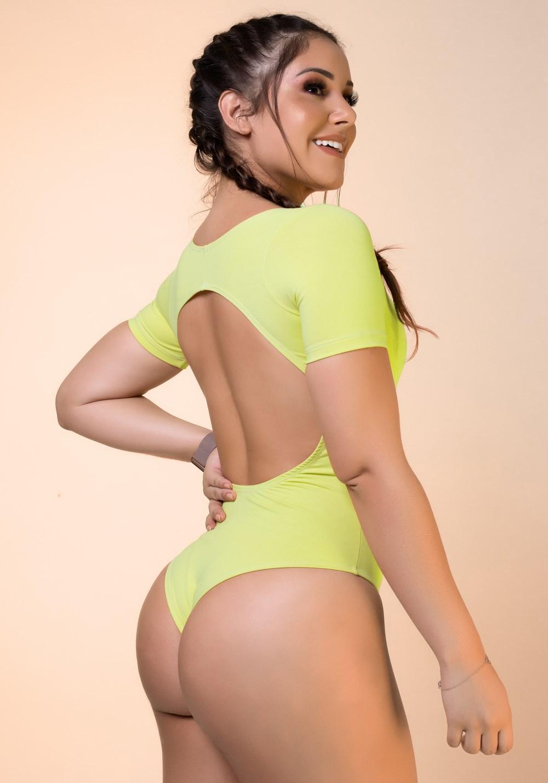 Body amarelo com manga e recortes básico