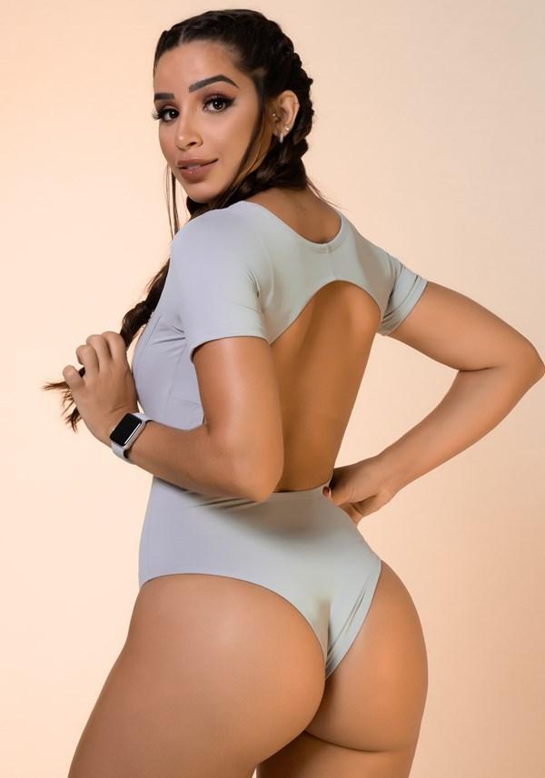 Body cinza com manga e recortes básico
