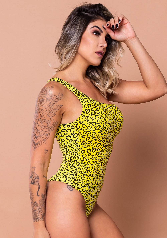 Body vazado lateral estampado onça amarela