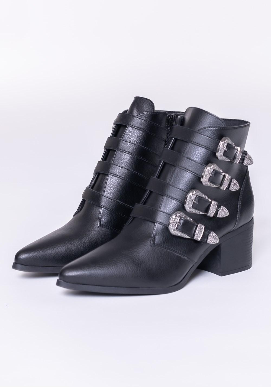 Bota modelo ankle boot com fivela preta