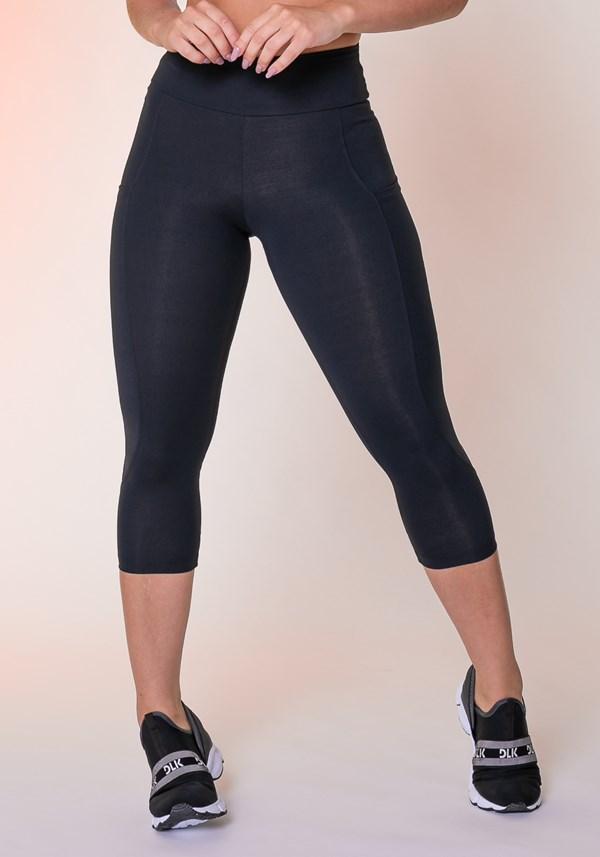 Calça corsário preta com bolso básica