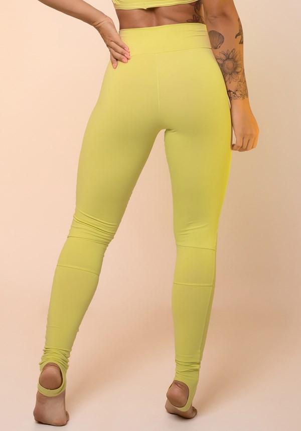 Calça legging amarela com recortes e pezinho básica