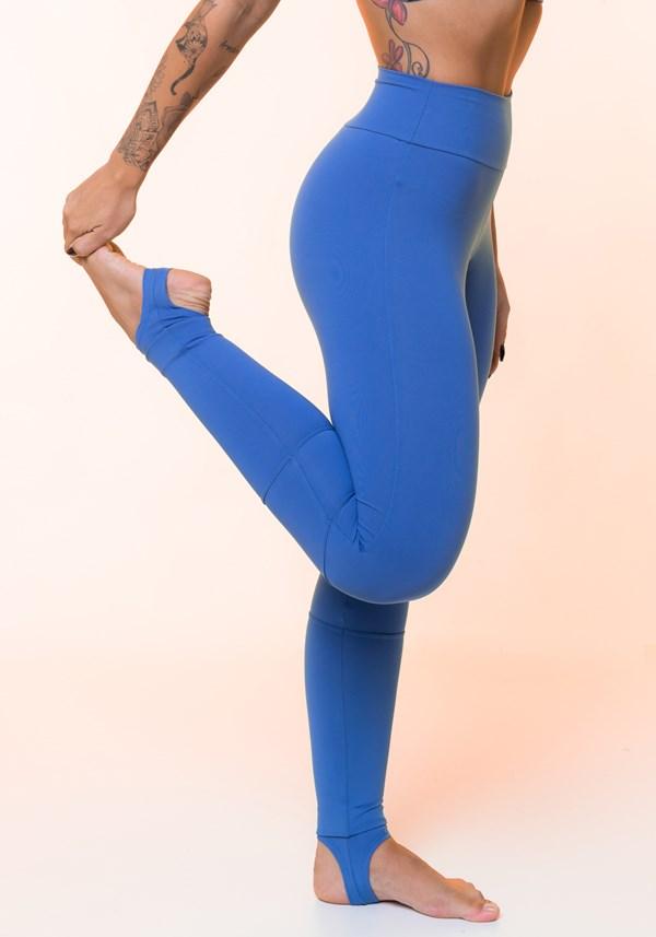 Calça legging azul claro com recortes e pezinho básica