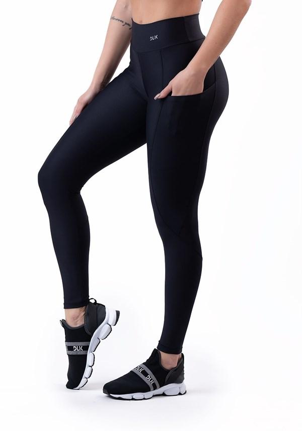 4f957fb35 Calça legging preta com bolso básica ...