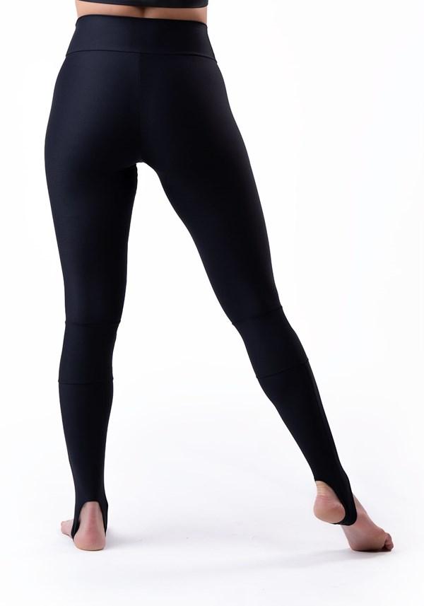 Calça legging preta com recortes e pezinho básica