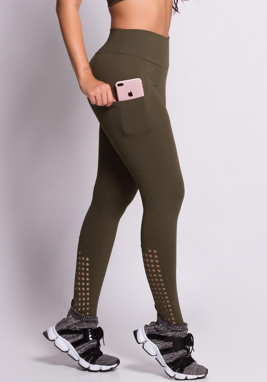 Calça legging verde com cortes a laser circulares
