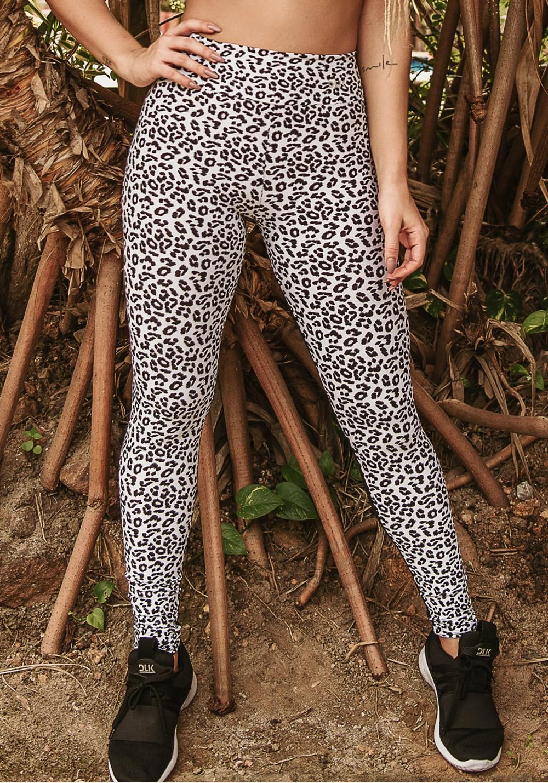 Calça legging wild preta com estampa de onça branca