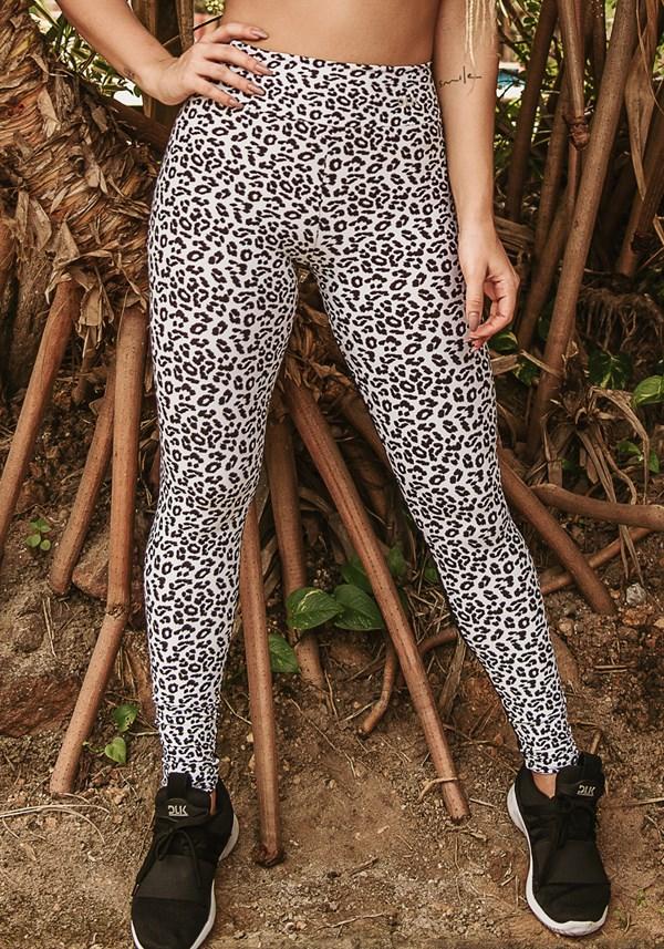 Produto Calça legging wild preta com estampa de onça branca