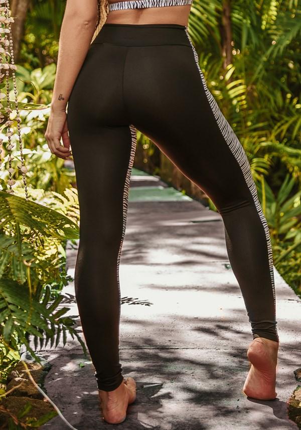 Calça legging wild preta com estampa de zebra