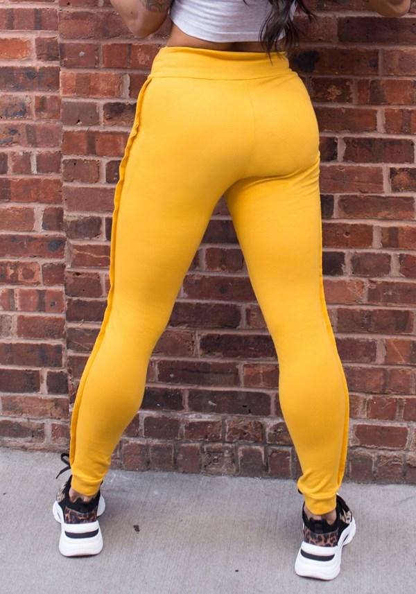 Calça moletom amarela com detalhe lateral