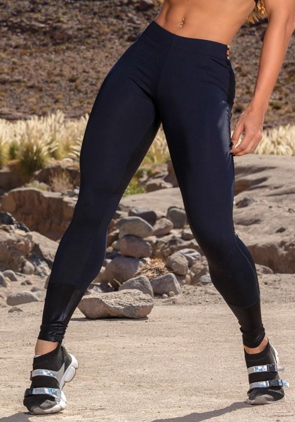 Calça preta com  recortes e elástico color