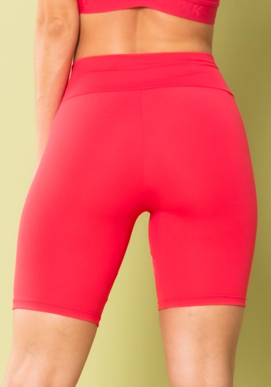 Short energy com recortes em tela rosa