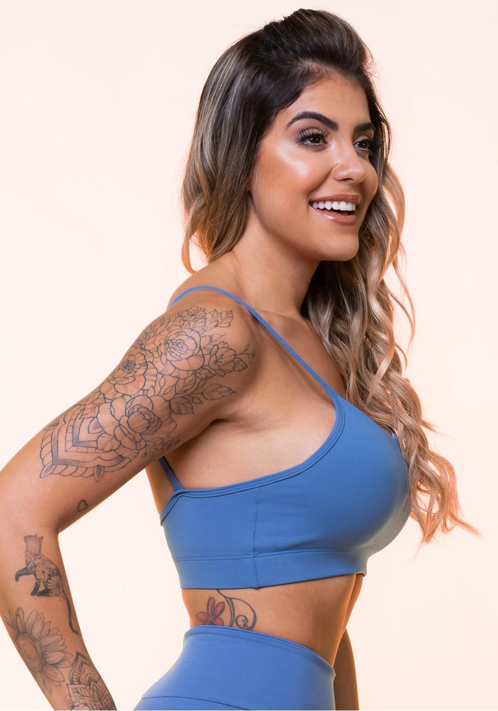 Top fitness azul claro com alças finas e bojo básico