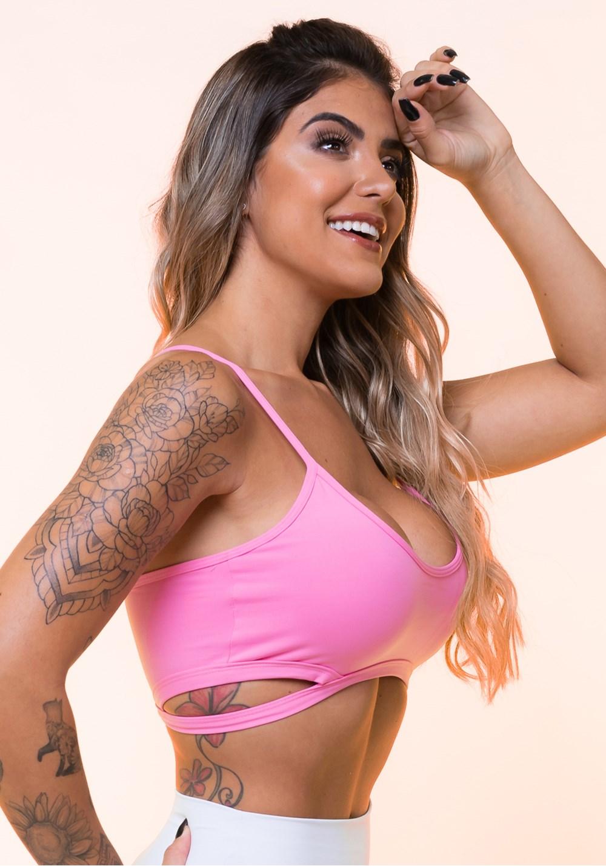 Top fitness rosa chiclete com recortes vazados