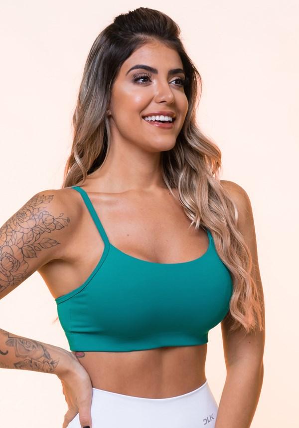 Top fitness verde com alças finas e bojo básico